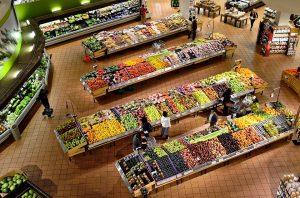 買い物するスーパーマーケット